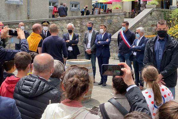 Emmanuel Macron sur la place publique de Sainte-Marie de Campan où se trouve la statue d'Eugène Christophe