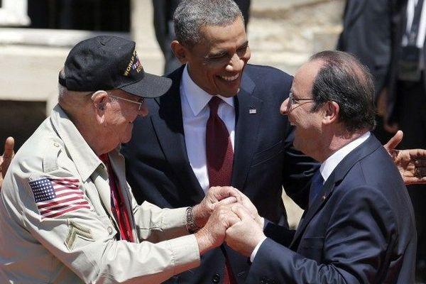 A Bénouville, le président français François Hollande avec le président américain Barack Obama plaisantent avec le vétéran Kenneth Rock Meritt