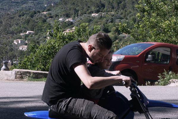 Christophe avec son petit garçon découvrant les joies de la mini moto