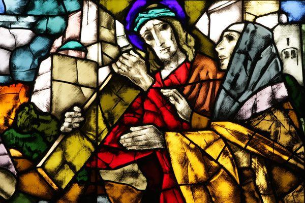 Le chemin de croix, vitraux par René Kuder 1961 réalisés par Antoine Heitzmann, maître-verrier à Strasbourg.