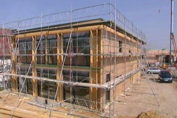 Ossature bois, fenêtres orientées au sud, ouate de cellulose pour l'isolation, laine de bois pour le bruit...