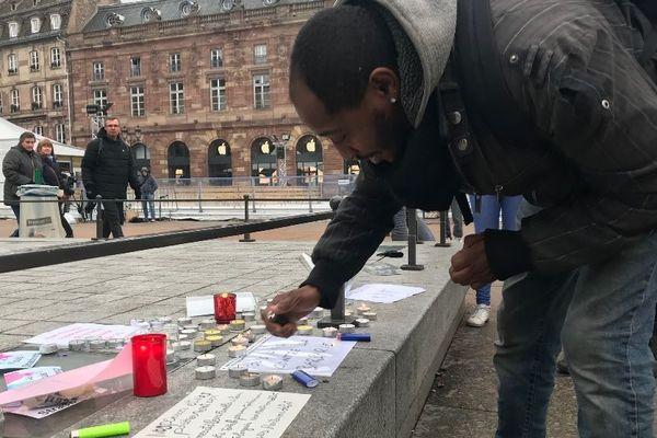 Un mot, une bougie, chacun vient dire #jesuisStrasbourg
