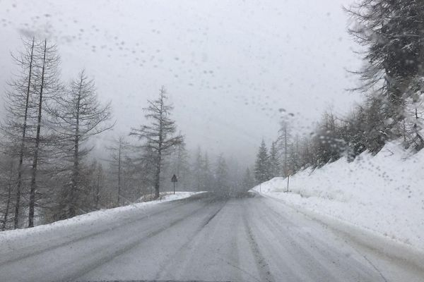 Sur la route d'Isola 2000 en ce mois d'avril ! Comme un air d'hiver...