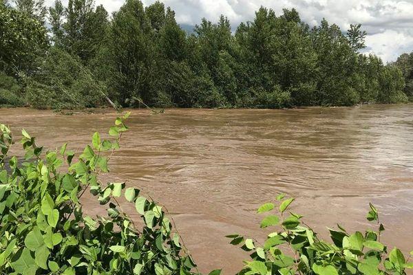 Les eaux boueuses sont le signe d'une rivière en crue.