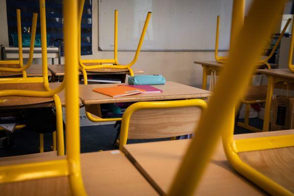 Des chaises retournées dans un établissement scolaire - Photo d'illustration
