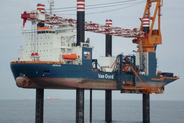 A partir du 3 mai, le navire AEOLUS réalisera les travaux de forage pour les pieux des fondations des 62 éoliennes en baie de Saint-Brieuc