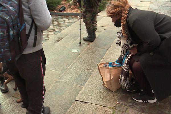 Miss Patnelli distribue des repas, trois fois par semaine dans les rues de Rouen.