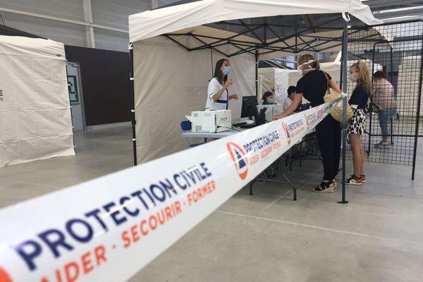 La Protection civile mobilisée au parc des expositions Brézillet à Saint-Brieuc. L'endroit devient un centre de dépistage Covid