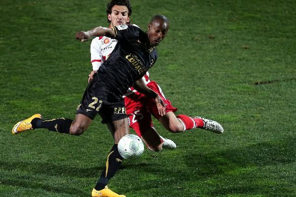 L'attaquant auxerrois Livio Nabab relance face à Mickaël Leca lors du match AC Ajaccio-Auxerre vendredi 20 février 2015