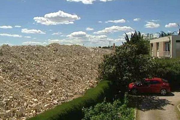 Nîmes - les riverains des travaux de démolition de l'ancien sont encerclés par un montagne de gravats - 16 mai 2014.