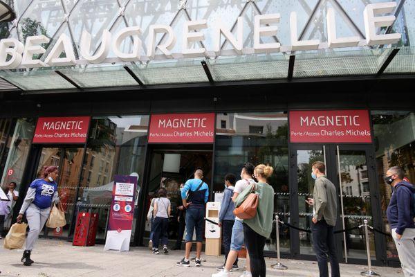 Un recours contre le pass sanitaire dans les centres commerciaux à Paris a été déposé ce dimanche.