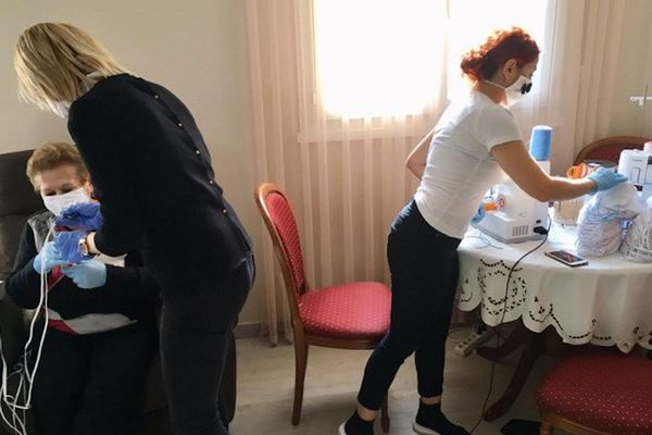 Un appartement de la communauté arménienne où se déroule la production de masques de protection.