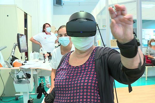 Grâce à ce casque de réalité virtuelle, Nadine retrouve les gestes du quotidien.