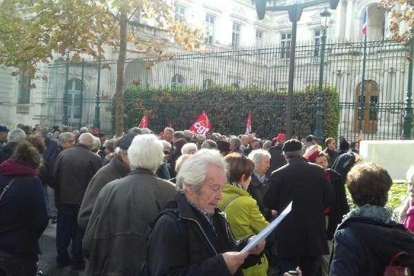 """A Nîmes, 200 personnes ont répondu à l'appel de la CGT, pour """"la convergence des luttes"""", rejoints par une vingtaine de gilets jaunes."""