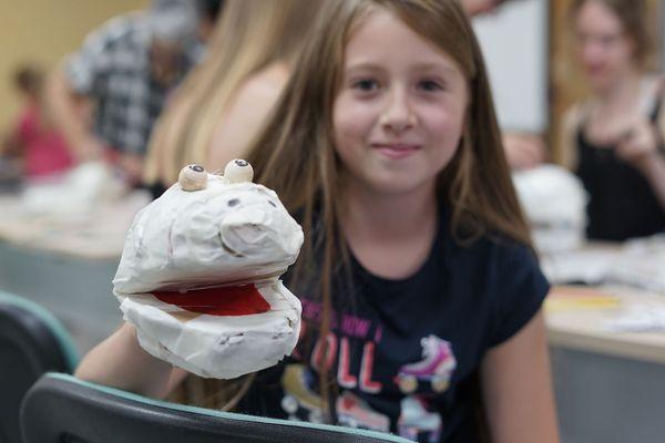 Adèle, 8 ans, très fière de sa grenouille