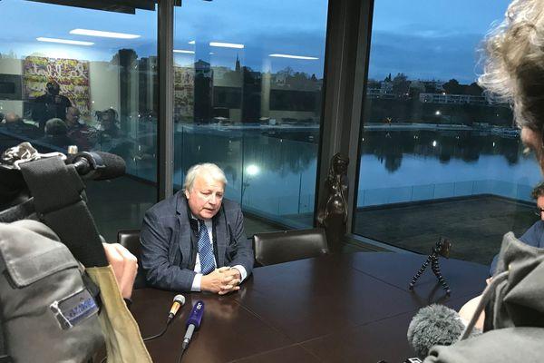 Le maire d'Istres, François Bernardini, sorti de garde à vue s'explique devant la presse.