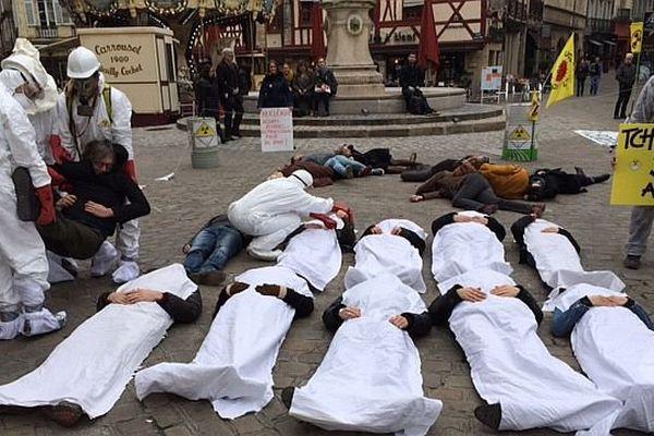 Greenpeace a organisé un rassemblement à Dijon pour commémorer les accidents nucléaires de Fukushima et Tchernobyl.
