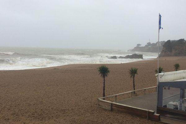 Les pluies et vents violents annoncés vendredi en début de nuit risquent de provoquer des inondations sur la côte, samedi matin lors de la marée haute à 5h30.