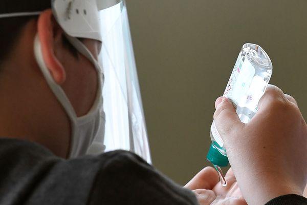 Un écolier portant un masque et une visière après la levée des mesures de confinement contre le Covid-19. (Illustration)