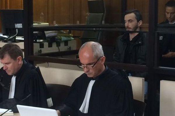 Cheveux courts, moustache, barbe bien coupée, chemise noire sous une veste en simili cuir, l'accusé s'est installé dans le box en début d'après-midi derrière ses nouveaux avocats, Me Luc Abratkiewicz et Jean-Marc Darrigade.