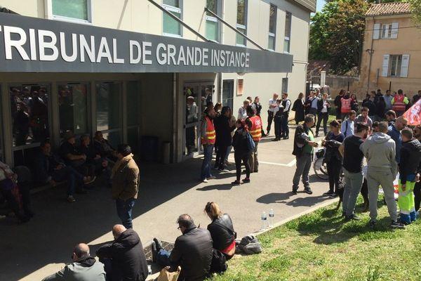 18/04/2019 - Une centaine de militants CGT ont apporté leur soutien à leurs camarades devant le Tribunal de Grande Instance d'Aix-en-Provence.