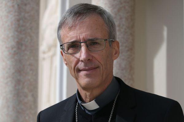 """""""Il faut se serrer les coudes"""", a réagi l'évêque d'Ajaccio, Mgr De Germay."""