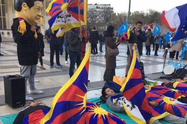 Une centaine de manifestants rassemblés place du Trocadéro à Paris en faveur du Tibet.