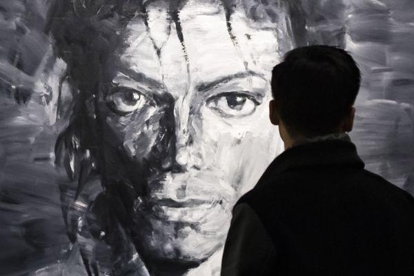 Un visiteur regarde une oeuvre présentant Michael Jackson par Yan Pei-Ming à l'exposition On the Wall au Grand Palais (Paris).
