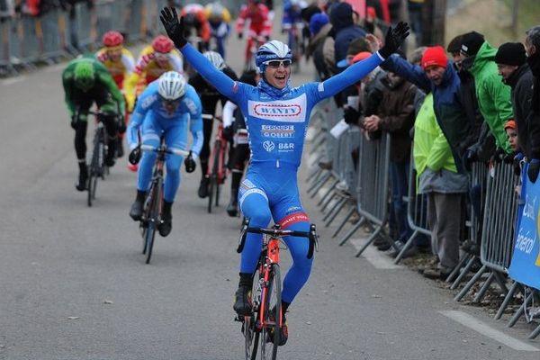 Le Belge Roy Jans lève les bras, il gagne au sprint la 2ème étape de l'Etoile de Bessèges