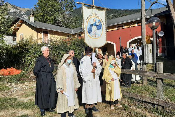 La procession religieuse au hameau de Viévola a précédé la cérémonie Religieuse à la Chapelle de la Visitation.