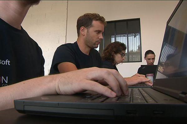 Des élèves de l'école IA Microsoft de Bordeaux en train de coder. Crédits : France 3 Nouvelle Aquitaine.