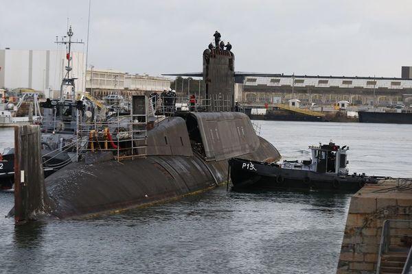 Le Tonnant fait son entrée, à Cherbourg, dans le bassin où il va être démonté pièce par pièce ce mardi 11 septembre 2018