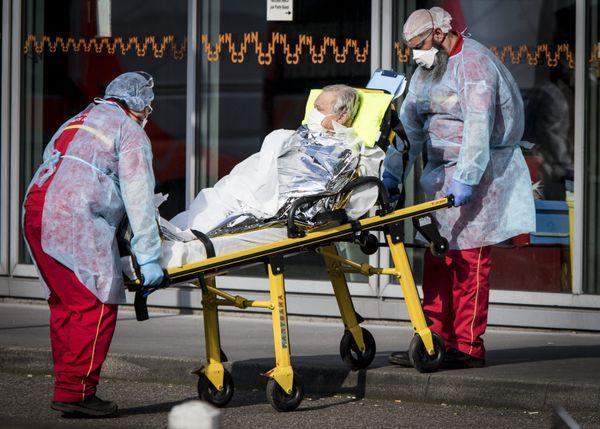 Le 20 mars 2020, Elyxandro Cegarra assiste à l'admission d'un malade dans un hôpital de Strasbourg.