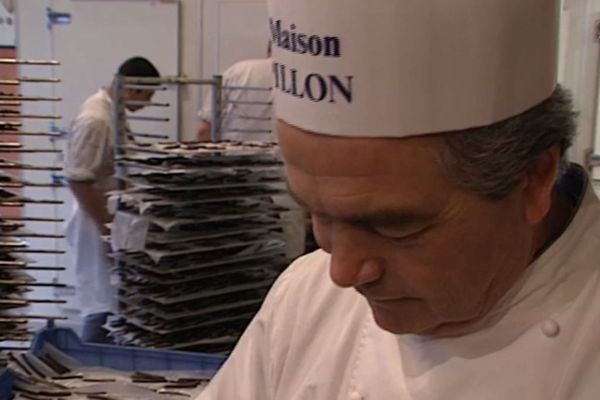 Dans son atelier René Pillon confectionnait lui-même ses fameux chocolats au milieu du personnel de son équipe.