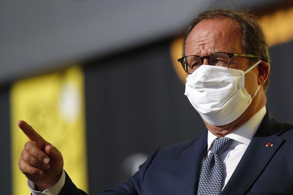 Archives 10 septembre 2020 à Sarran (France). François Hollande portant un masque en raison de la crise sanitaire sur le Tour de France entre Chauvigny et Sarran.