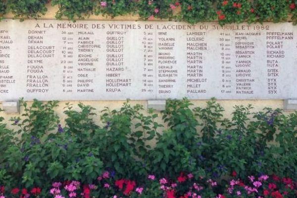 Les noms des victimes, sur le mémorial de l'aire de Curney, sur l'autoroute A6 (Commune de Merceuil, près de Beaune)