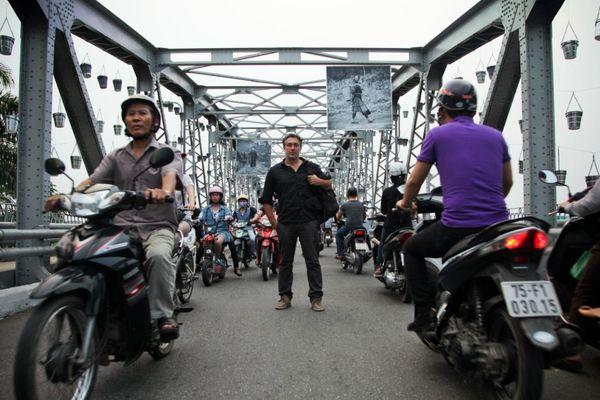 Sébastien Laval sur le pont Trang Thièn de Hué.