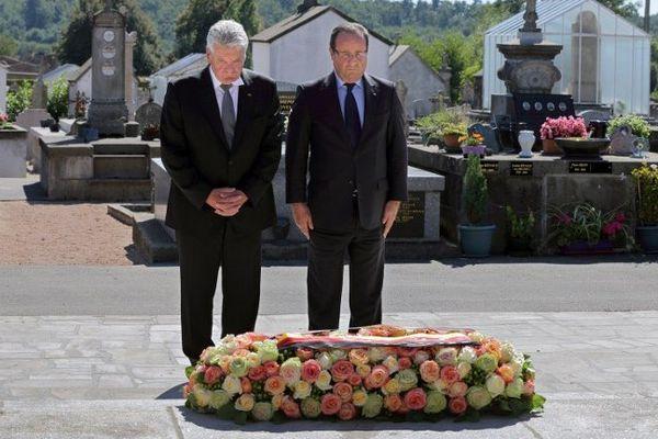 Joachim Gauck et François Hollande se recueillent