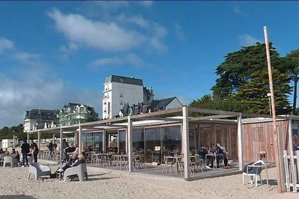 On profite des derniers restaurants ouverts sur la plage de la Baule