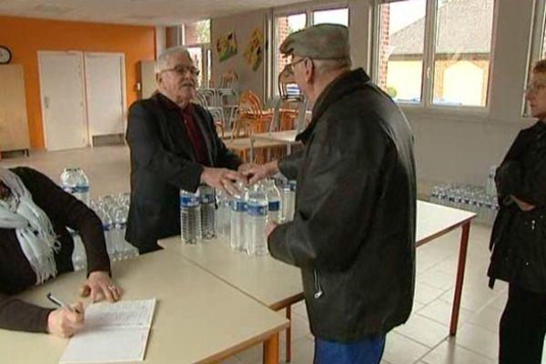 Les habitants viennent chercher les bouteilles d'eau à St André sur Cailly