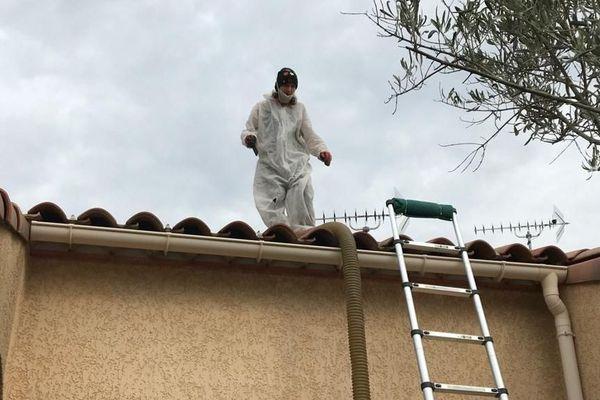 Derniers chantiers pour les artisans qui isolent les maisons des particuliers: comme bien d'autres professionnels, leur activité pourrait être suspendue dès mardi matin à cause du coronavirus.