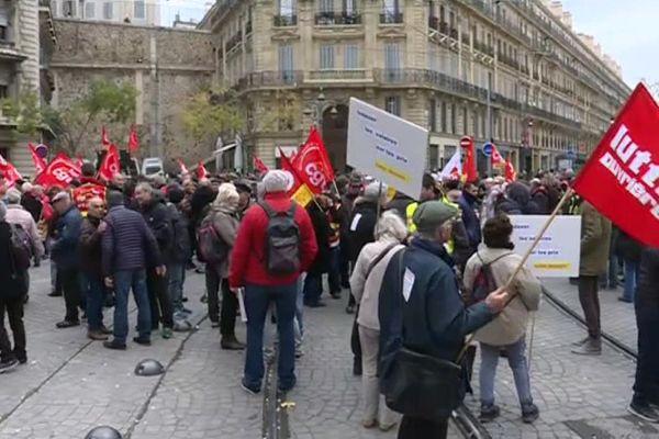 Entre 200 et 300 manifestants étaient rassemblés ce matin devant le centre des impôts à Marseille