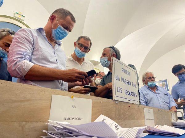 Gilles Simeoni assiste au dépouillement des bulletins au bureau centralisateur de Bastia.