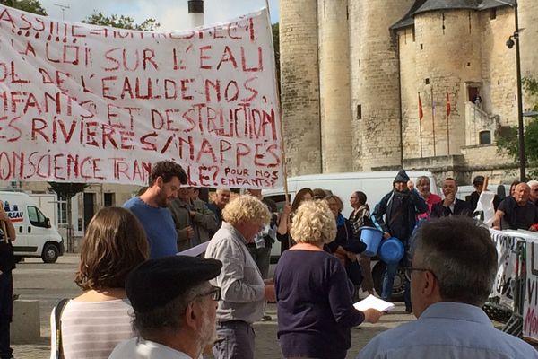 Rassemblement à Niort contre la création de 19 nouvelles bassines de stockage d'eau dans la département.