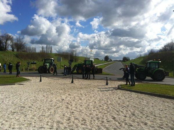 Une centaine d'agriculteurs a bloqué les routes de Bayeux avec leurs tracteurs.