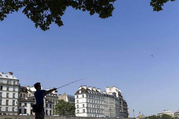 La pêche urbaine gagne en popularité à Paris, avec une pratique plus connectée et des passionnés de plus en plus jeunes.