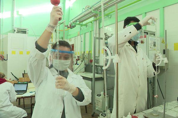 Les travaux pratiques impossibles à distance se font en classe pour ces étudiants en génie chimie de Périgueux.