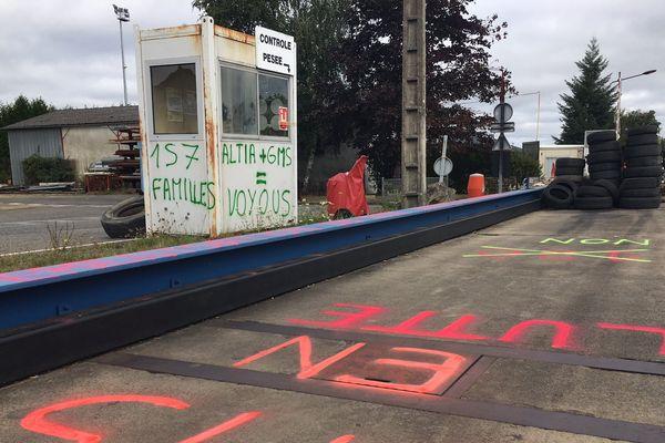 L'entrée de GM&S à La Souterraine, en Creuse, bloquée par des pneus.