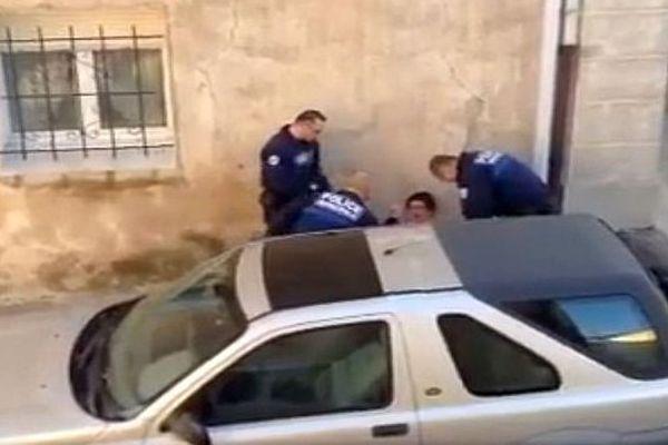 Vias (Hérault) - des policiers municipaux interpellent un jeunes - 18 février 2017.