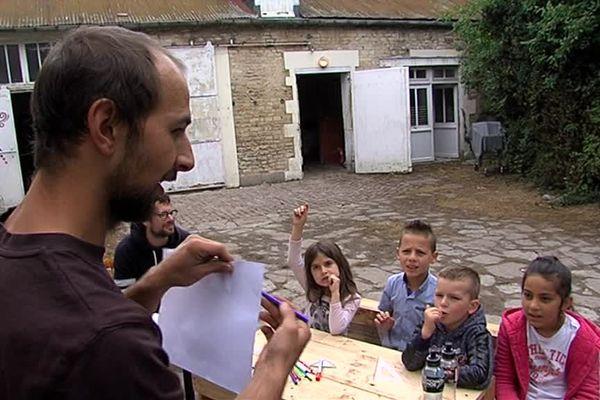 Quatre fois par semaine, le collectif d'enseignants et d'animateurs se rend dans deux squats caennais pour dispenser des cours aux enfants migrants.